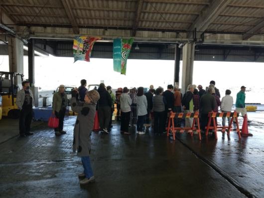 鮮魚販売に並ぶ人の列